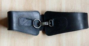 schwarzer Ledertaillengürtel von Only mit Gummizug mit Lederelementen überdeckt