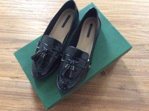 Schwarzer Loafer mit Bommeln