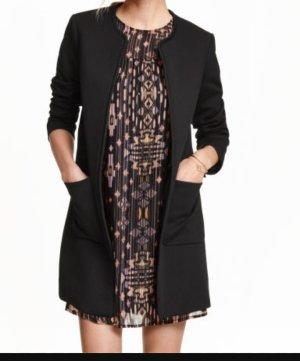 schwarzer Mantel aus Strukturstoff