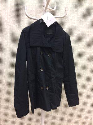 schwarzer Mantel für den Frühling