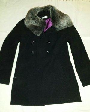 Schwarzer Mantel mit Fellkragen
