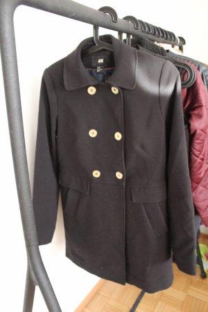 Schwarzer Mantel mit goldenen Knöpfen