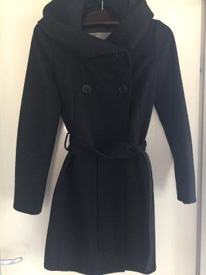 Schwarzer Mantel mit großem Kragen