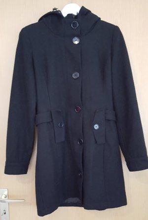 Schwarzer Mantel mit Kapuze