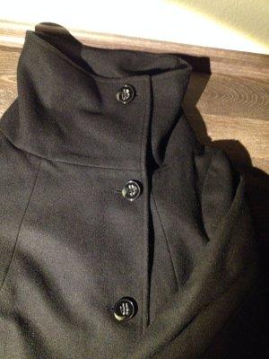 Schwarzer Mantel mit Kragen
