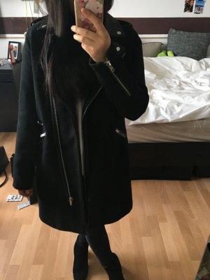 Schwarzer Mantel mit Kunstleder