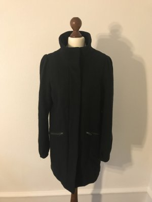 Schwarzer Mantel mit Pufferärmeln