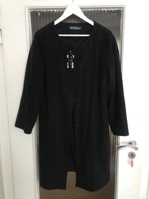Schwarzer Mantel mit Steinchen