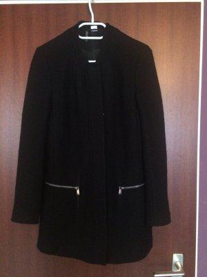 Schwarzer Mantel mittlere Länge