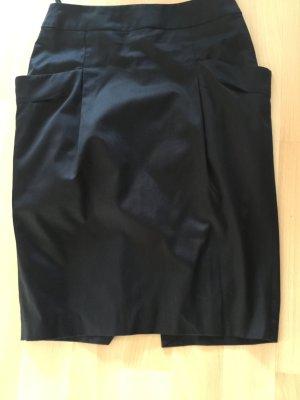 schwarzer Midi-Rock mit ausstehenden Taschen