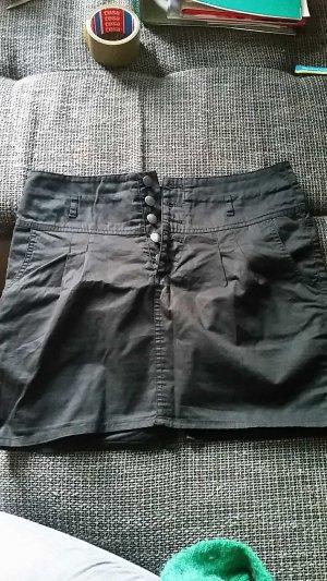 schwarzer Minirock mit Knopfleiste