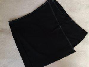 schwarzer Minirock mit Kunstlederdetails