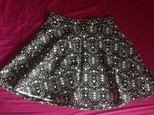 Schwarzer Minirock mit weißen Dreiecken
