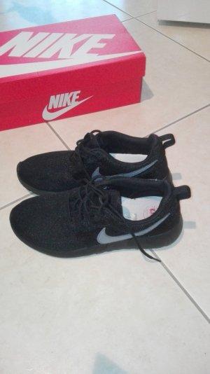 Schwarzer Nike Sneaker