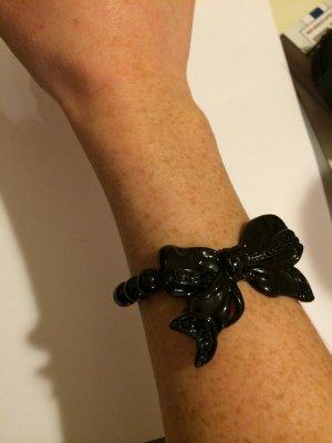 Schwarzer Perlenarmreif mit Schleife und Steinchen