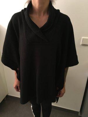 Schwarzer Poncho mit braunen Knöpfen