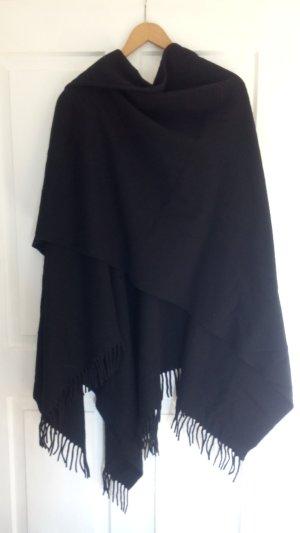 Schwarzer Poncho, vermutlich Wolle