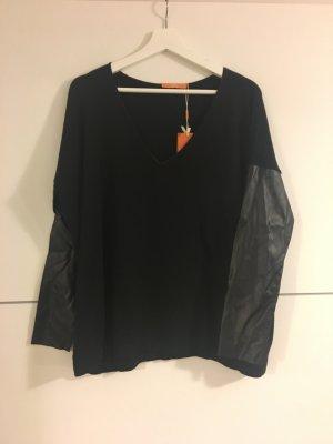 Schwarzer Pulli mit Kunstlederärmeln von Boss Orange
