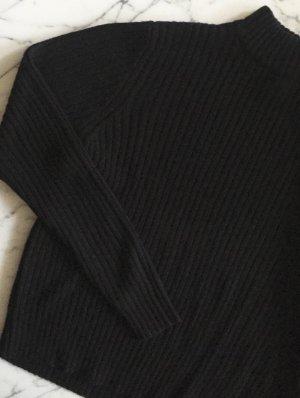 Schwarzer Pulli mit Stehkragen / Rollkragen