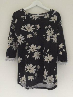 Schwarzer Pullover, geblümt