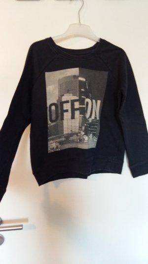 schwarzer Pullover mit Aufdruck