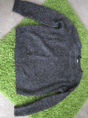 Schwarzer Pullover mit eingearbeiteten silbernen Fäden