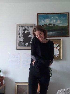 Schwarzer Pullover mit Ellenbogenpatches