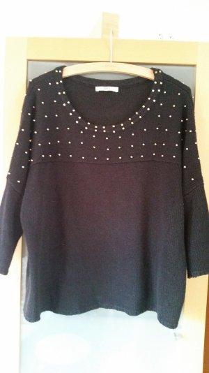 Schwarzer Pullover mit goldenen Perlen