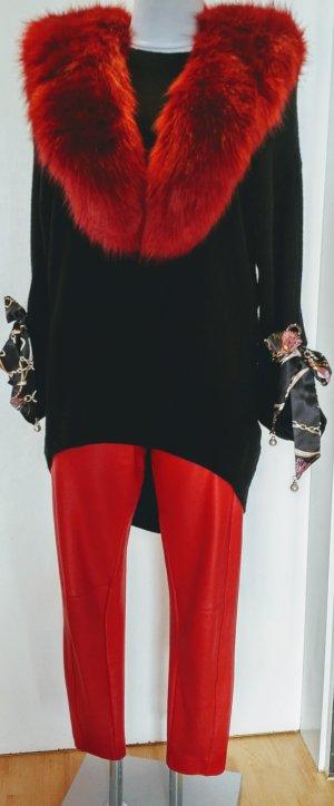 Schwarzer Pullover mit Oesen, Schallkragen und Lederhose
