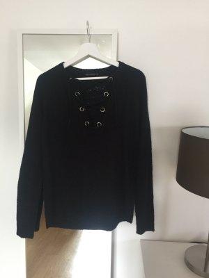 Schwarzer Pullover mit Ösen und Schlaufe