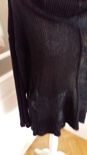 schwarzer Pullover mit Rollkragen