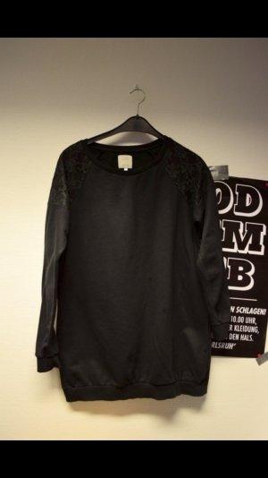 Schwarzer Pullover mit spitzen