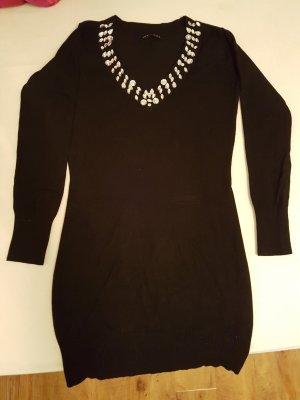Schwarzer Pullover mit Steinen