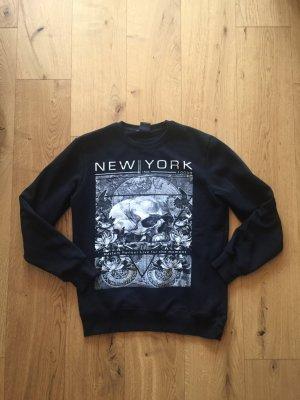Schwarzer Pullover mit Totenkopf Motiv