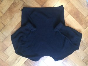 schwarzer Pullover mit V-Rückenausschnitt