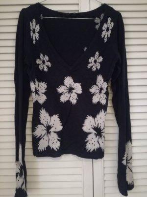Schwarzer Pullover mit weißen Blumen