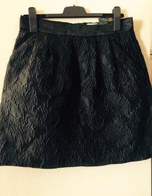 Schwarzer Rock mit Muster