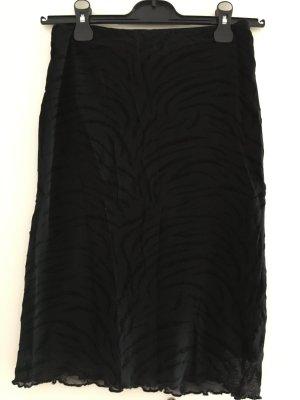 Schwarzer Rock mit schwarzem Zebramuster