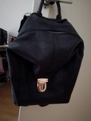 Schwarzer Rucksack mit goldener Schnalle