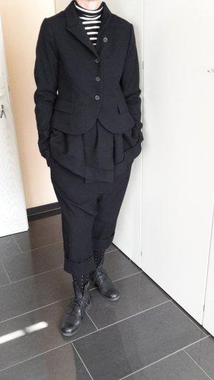 Schwarzer Rundholz Anzug