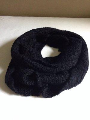 schwarzer Schal aus Grobstrick