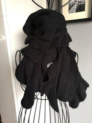 Schwarzer Schal mit Rüschen