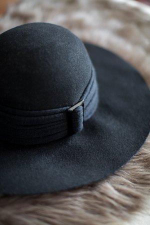 Schwarzer Schlapphut aus Wolle