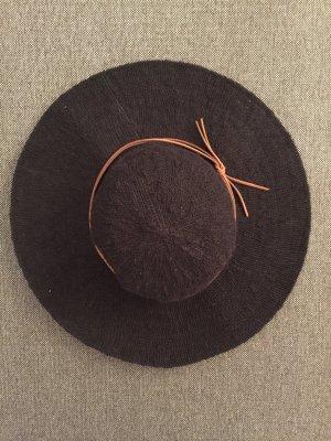 Schwarzer Schlapphut mit Lederband
