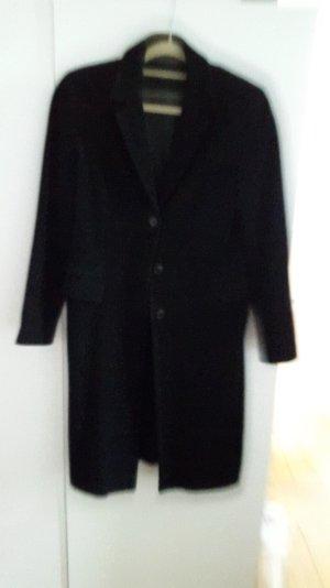 Schwarzer schlichter Mantel für jede Gelegenheit
