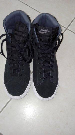 Schwarzer Sneaker von Nike