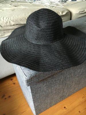 Schwarzer Sommerhut aus Stroh