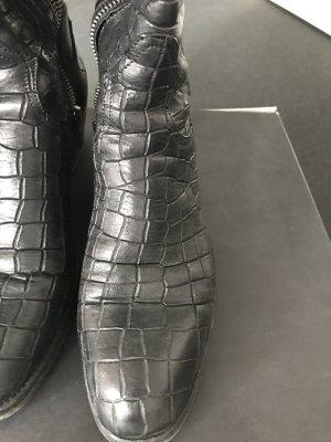 Schwarzer Stiefel Größe 39 geriffeltes Leder