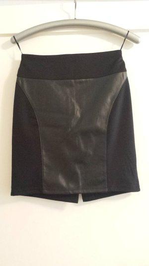 schwarzer Stoff/Lederrock