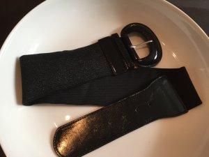 schwarzer Stoffgürtel mit Lacklederimitat-Spange